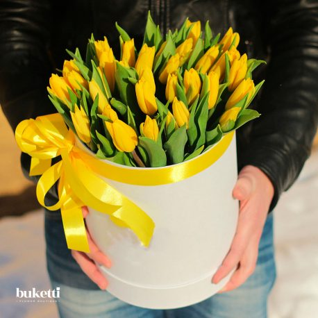 35 желтых тюльпанов в белой коробке