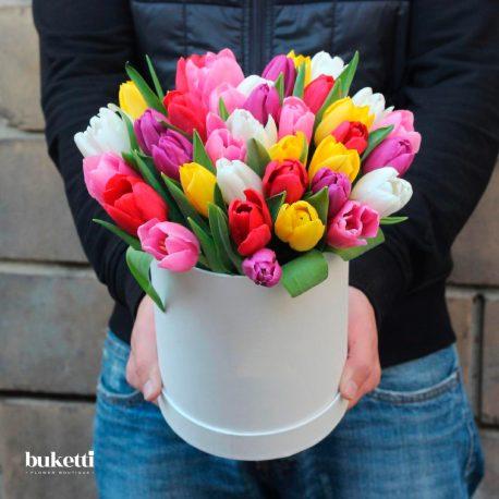 35 разноцветных тюльпанов в коробке