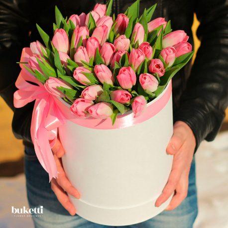 35 розовых тюльпанов в белой коробке