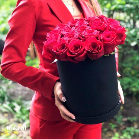 19 красных роз в черной коробке